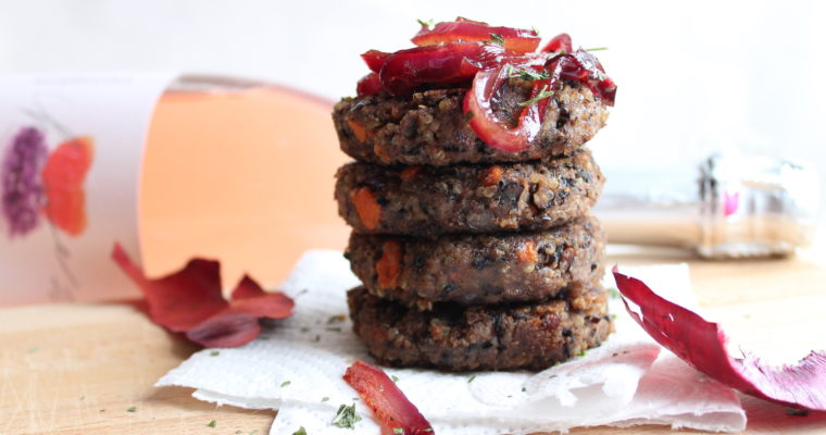 Burger vegetariani di fagioli neri e quinoa, con cipolle caramellate